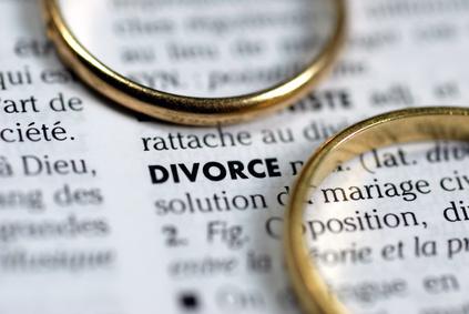 La rédaction et le rassemblement des dossiers nécessaires à une demande de divorce est une des étapes les plus importantes dans l'enclenchement d'une procédure de divorce. De ce fait, cette introduction au divorce également appelée requête introductive d'instance en divorce doit suivre les démarches imposées par la justice pour faire office d'ouverture au reste de la procédure. La demande de divorce n'est cependant pas chose facile, car pour le demandeur il s'agit d'une action qui visera à mettre fin d'une manière officielle à la vie conjugale qu'il ou elle a fondée avec l'autre. Il faudra user de tact et de franchise à la fois pour que la demande puisse être effective. Bien que la demande en elle-même ne suffise que d'une lettre pour expliciter son objet tout entier, il est crucial de rappeler que la demande de divorce est le premier dossier officiel qui marque la procédure. Il ne donc faut en aucun cas négliger les instructions données par la cour de justice de sa région ainsi que les conseils donnés par son avocat lorsque l'on fait une requête de divorce. En outre, qu'il s'agisse de divorce contentieux ou de divorce à l'amiable, comme trouvé dans cet article, il est très important de rester humain et partial dans les décisions qui seront énoncées dans la demande afin de faciliter toute la procédure. À propos de la demande de divorce La demande de divorce se fait souvent par un seul des époux lorsque les causes ne sont pas consenties et peut bien se faire par les deux époux désireux de divorcer quand le principe est approuvé par les deux parties. Cette demande peut être rédigée à titre personnel ou suivant un formulaire déjà disponible auprès de la justice via son avocat ou via le site internet officiel du tribunal de sa région. Certains demandeurs de divorce préfèrent faire rédiger la demande à leur avocat. Généralement, les motifs de la demande de divorce ne doivent préférablement pas figurer dans la lettre. Les principaux éléments qui doivent être inscrits dans