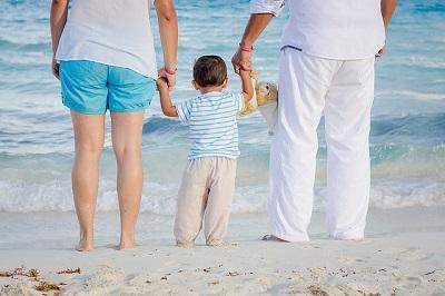 couple-en-vacances-avec-leur-enfant